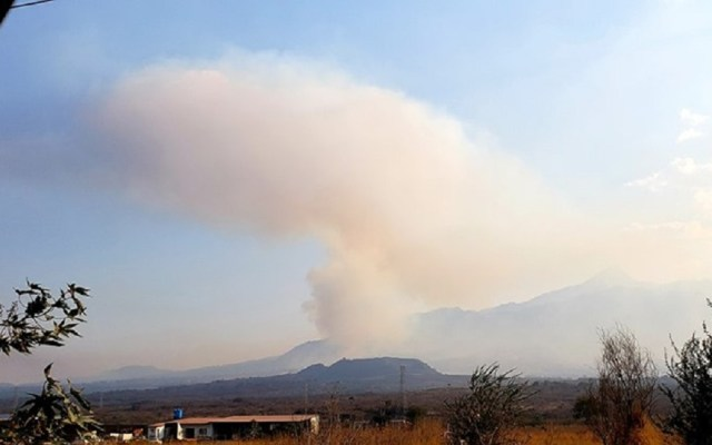 Activan Alerta Atmosférica en Jalisco por incendio forestal - Incendio en Loma Alta, Tuxpan, Jalisco. Foto de Zapotlán Gráfico
