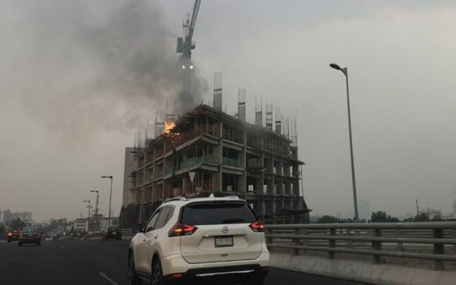 Controlan incendio en edificio en construcción entre Periférico y San Jerónimo - Foto de @YouareNirvana