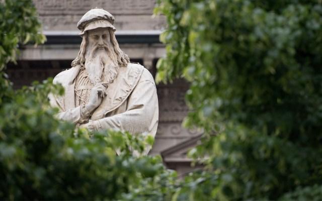 Analizarán ADN de supuesto mechón de pelo de Leonardo da Vinci - Una fotografía tomada en el centro de Milán el 3 de mayo de 2019 muestra los detalles de una estatua del genio del Renacimiento italiano Leonardo da Vinci. Foto de Miguel MEDINA/AFP