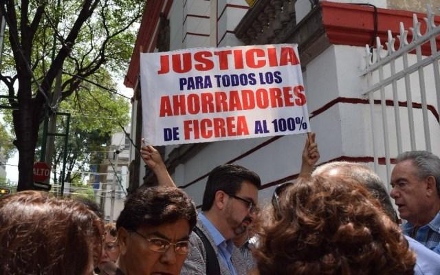 Cae en Texas al principal accionista de Ficrea - Manifestación de víctimas de Ficrea afuera de la casa de López Obrador. Foto de @LaHogueraMx