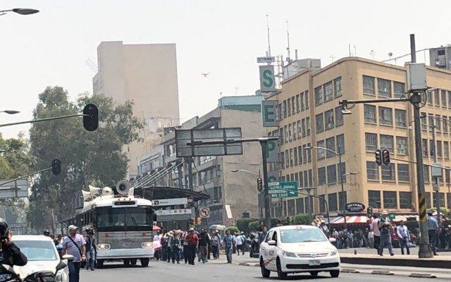 Marchan por el Día del Maestro, pese a contingencia ambiental - La marcha sobre Avenida de los Insurgentes. Foto de @ChaacTlaloc