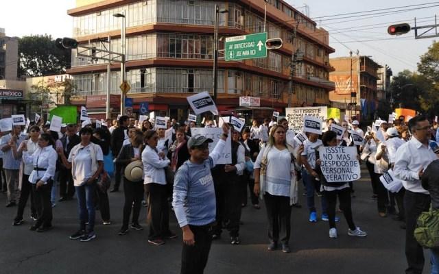Marchan en Félix Cuevas exigiendo no más despidos en el ISSSTE - Foto de @MrElDiablo8