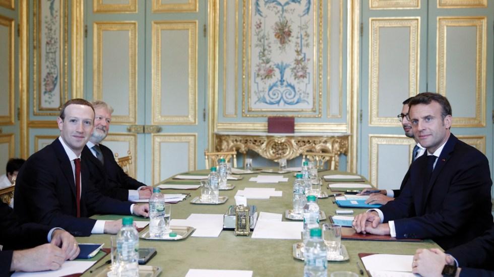 Macron y Zuckerberg buscan evitar mensajes de odio en redes sociales - Foto de AFP