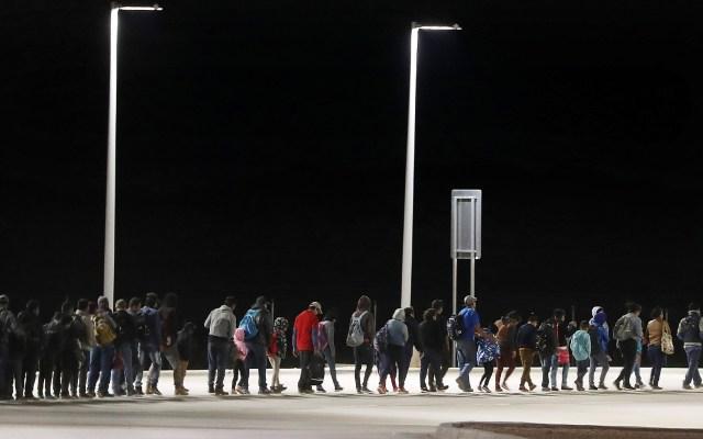 Migrantes detenidos en Antelope Wells, Nuevo México - Un grupo numeroso de migrantes camina y permanece de pie mientras las autoridades fronterizas lo detienen en las primeras horas de la mañana, después de cruzar al lado estadounidense de la frontera de EE. UU. los entregan a México en el puerto de entrada de Antelope Wells en Antelope Wells, Nuevo México. Foto de Mario Tama / Getty Images / AFP.