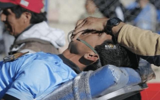 #Video Árbitro muere durante partido de futbol en Bolivia - Momento en que sacan en camilla al árbitro Victor Hugo. Foto de Marka Registrada