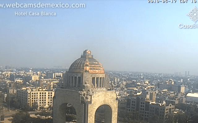 Continúa la contingencia ambiental en el Valle de México - El Monumento a la Revolución. Foto de webcamsdemexico.com/