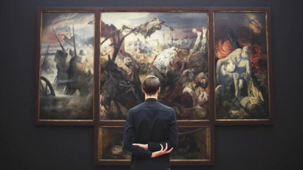Un 13 por ciento de museos en el mundo podría no reabrir tras COVID-19 - Visitante observando una pintura dentro de una museo