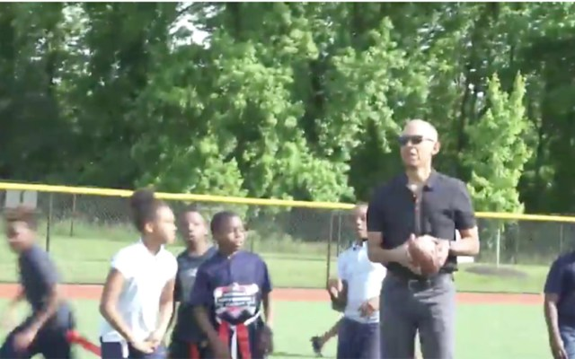 #Video Obama juega beisbol con niños en Washington DC - Obama convive y juega con niños en Washington Beisbol