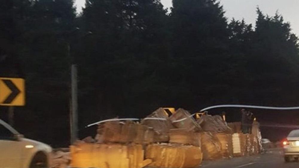 Pacas de cartón regadas por tráiler. Foto de @edomexaldia
