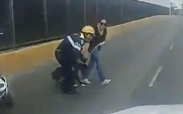 #Video Policía capitalino ayuda a rescatar a perro en Circuito Interior - Foto de captura de pantalla