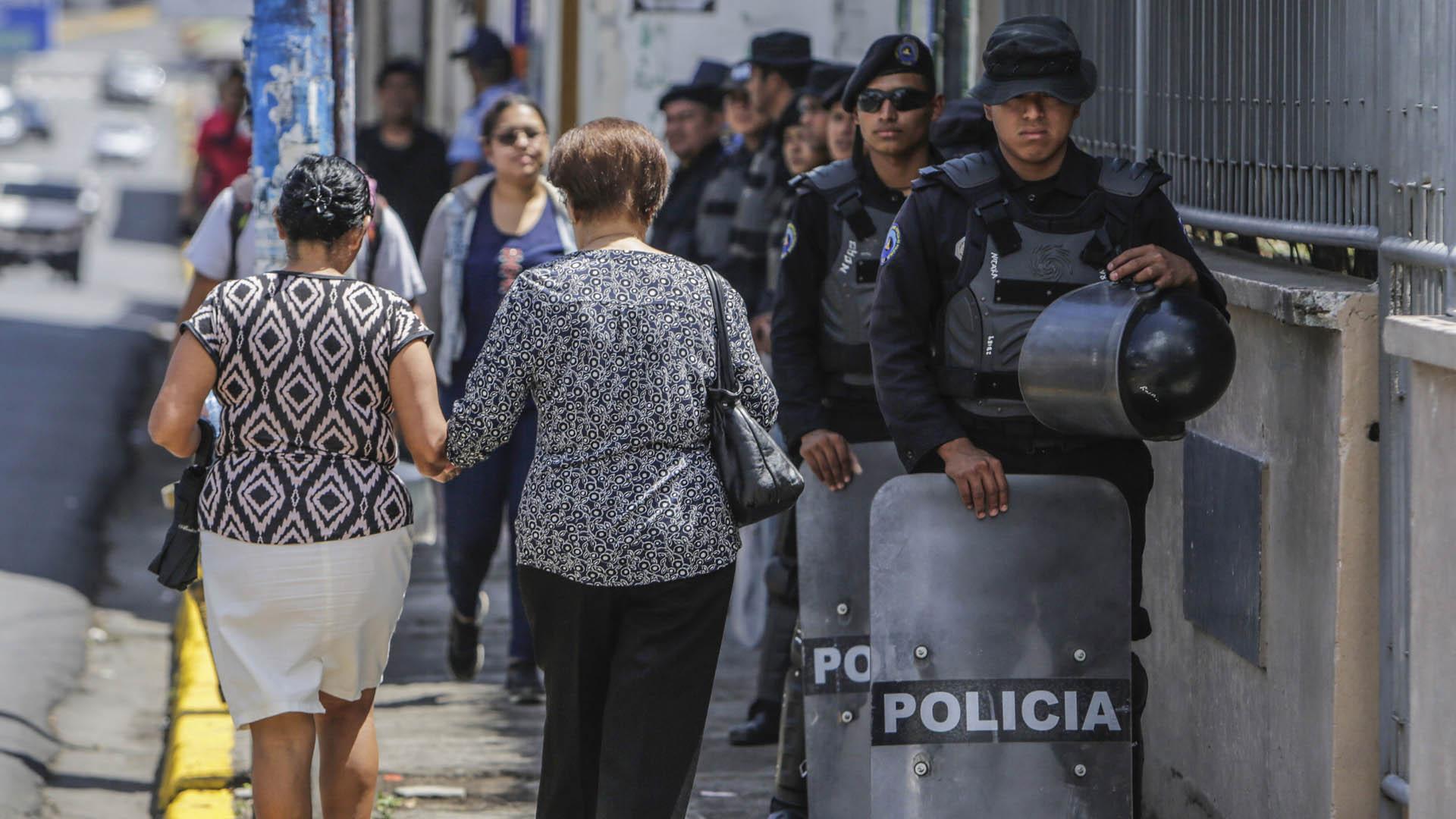 Policías afuera de la iglesia Molagüina. Foto de AFP / Inti Ocon