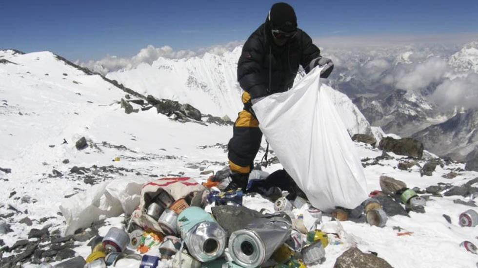Recogen tres toneladas de basura en el Everest - Recolección de basura en el Everest. Foto de AFP / Namgyal Sherpa