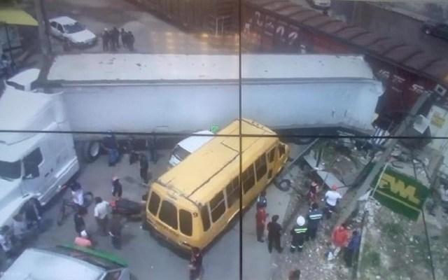 #Video Tren se lleva tráiler y varios autos en Ecatepec - Accidente de tren en Ecatepec. Foto de @M_BAEZA_D
