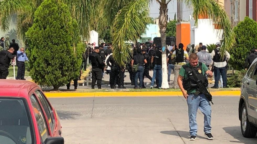 Enfrentamiento entre civiles armados y policías en Tlajomulco de Zúñiga, Jalisco - Alrededor de 100 policías en el fraccionamiento Jardínes del Edén en Tlajomulco. Foto de @antonionerij