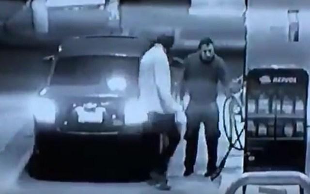#Video Despachador se defiende de asalto con pistola de gasolina - Asalto en gasolinera de Neza. Captura de pantalla
