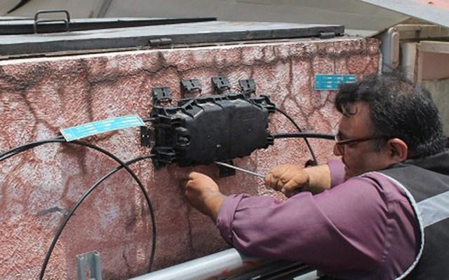 Descubren posible red de espionaje en Ayuntamiento de Ecatepec - Caja de la que sale una conexión de fibra óptica hacia la sede del PRI Ecatepec. Foto de Milenio