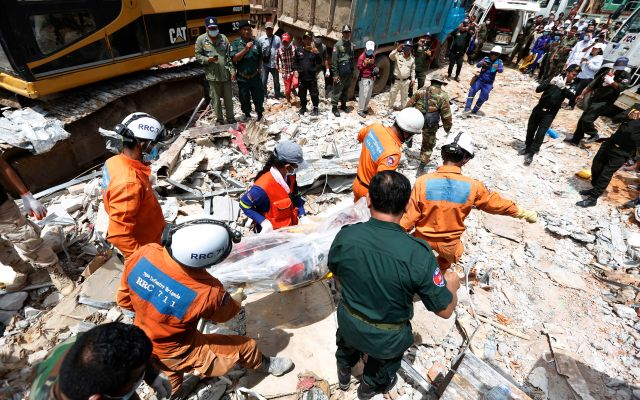 Asciende a 17 el número de muertos por derrumbe de edificio en Camboya - MAK13. Preah Sihanouk (Cambodia), 23/06/2019.- A Cambodian rescue team carries a worker's body at the site of a collapsed building on a construction site in Preah Sihanouk province, Cambodia, 23 June 2019. A new seven-storey building owned by a Chinese company, collapsed in Preah Sihanouk province, killing at least 18 workers and leaving 24 workers injured, according to reports. (Camboya) EFE/EPA/KITH SEREY