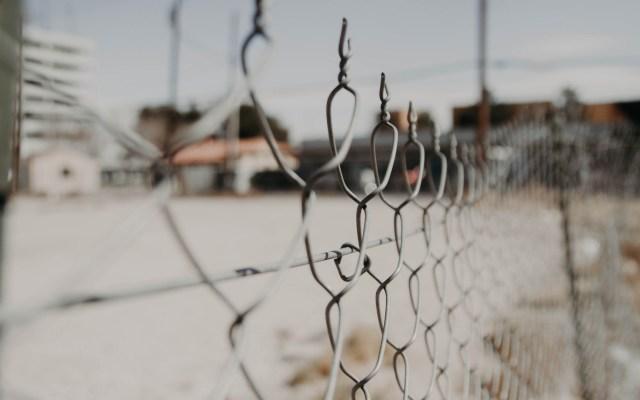 Suman 31 presos políticos liberados por el nuevo Gobierno Federal - Cárcel. Foto de NeONBRAND / Unsplash