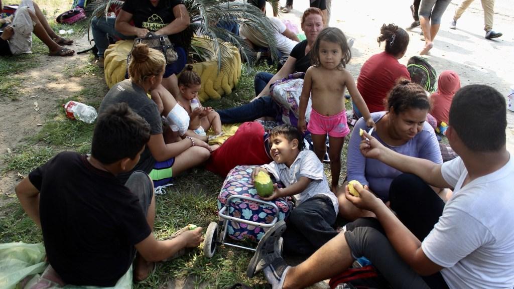 Segob deberá informar estadísticas de caravanas migrantes - Centroamericanos en Tapachula, Chiapas. Foto de Notimex