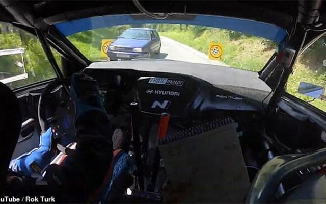 #Video Conductor evita colisión con automóvil en plena carrera - conductor de autos de carrera choque
