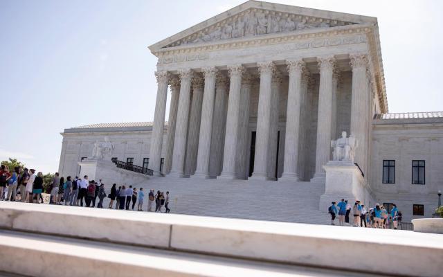 Corte de EE.UU. falla en contra de pregunta sobre ciudadanía en censo de 2020 - Varias personas frente al Tribunal Supremo estadounidense, en Washington. Foto de EFE/ Erik S. Lesser.