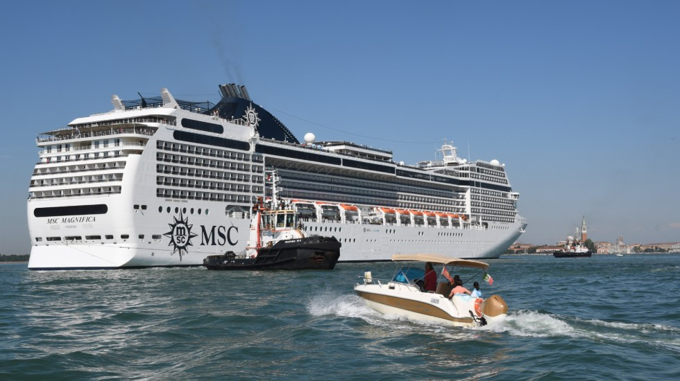 #Video Crucero choca contra muelle y barco de turismo en Venecia - crucero choque barco venecia