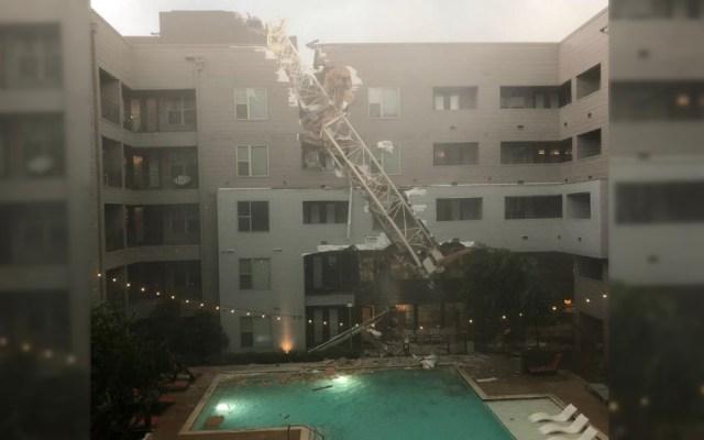 Caída de grúa en apartamento de Dallas deja al menos un muerto - Dallas Vientos daños