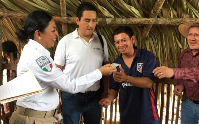 Disminuyen 222 mdp recursos para atender migración en 10 años - Entrega de Tarjetas de Residencia Permanente por vínculo familiar y de Visitante por Razones Humanitarias, a familias guatemaltecas. Foto de @INAMI_mx