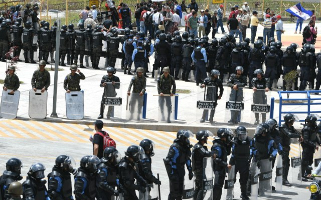 Tensa conmemoración del décimo aniversario del golpe de Estado en Honduras - Foto de AFP