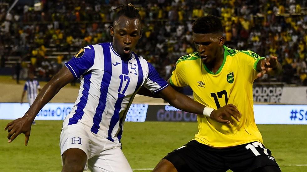 Jamaica debuta en la Copa Oro imponiéndose ante Honduras - Alberth Elis (Izquierda) de Honduras y Damion Lowe de Jamaica luchan por el balón durante el partido de la Copa de Oro de Concacaf 2019 entre Jamaica y Honduras, el 17 de junio de 2019 en Independence Park en Kingston. Foto de Chandan Khanna/AFP