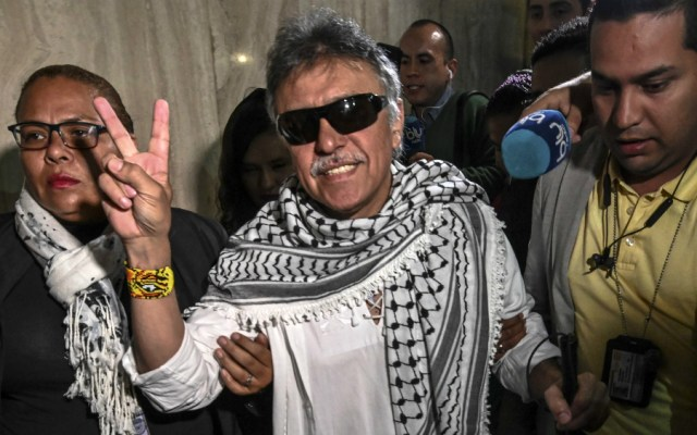 Exjefe guerrillero requerido por EE.UU. jura como congresista en Colombia - Foto de AFP