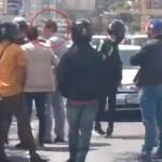 #Video Juan Guaidó frustra secuestro de su equipo - Juan Guaidó dialogando con hombres armados. Captura de pantalla