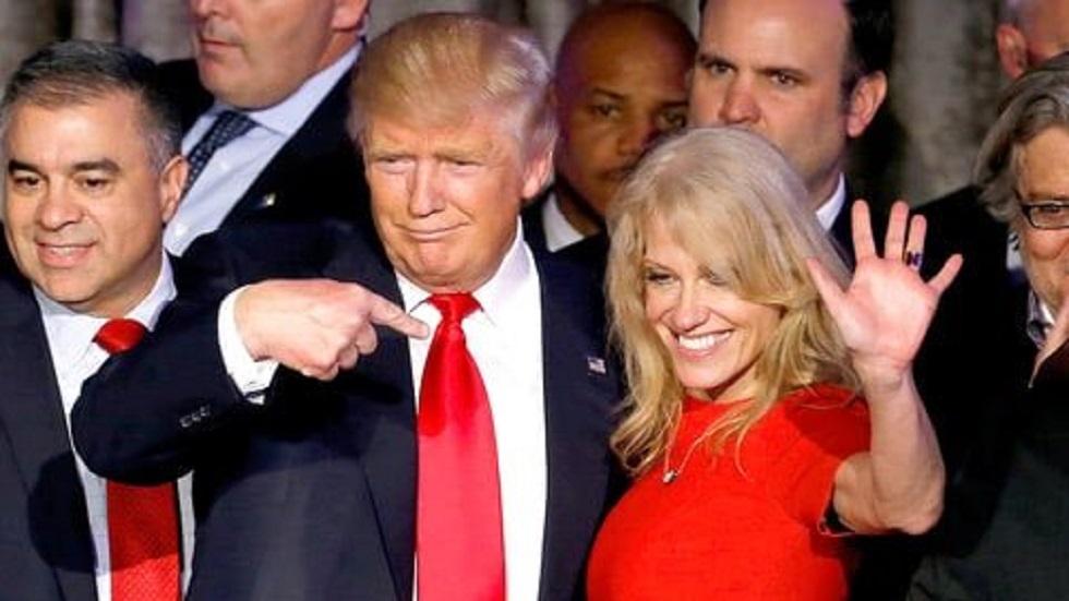 Trump descarta despido de asesora acusada de violar la Ley Hatch - Kellyanne Conway con Donald Trump. Foto de @KellyannePolls