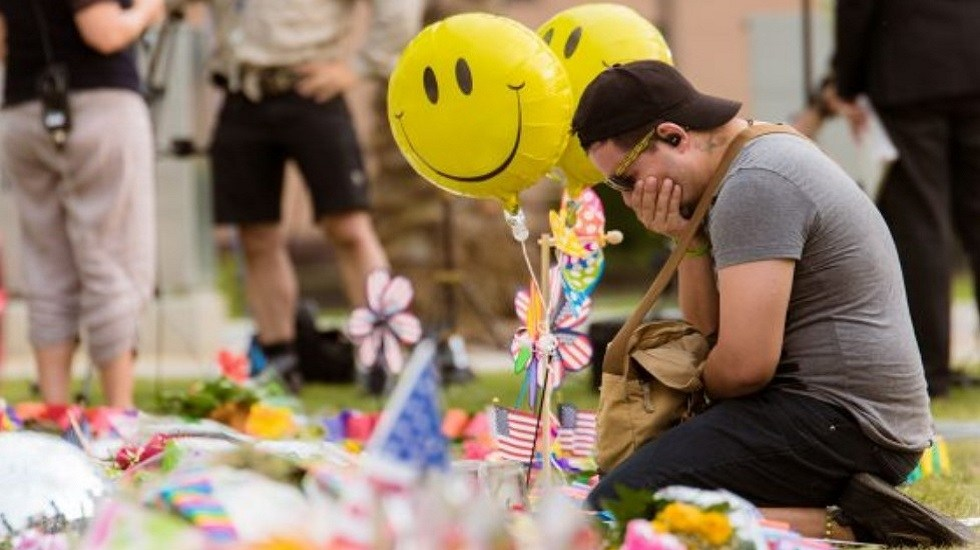 Recuerdan a víctimas del bar Pulse a tres años del tiroteo - Memorial en el bar Pulse. Foto de Albert Harris