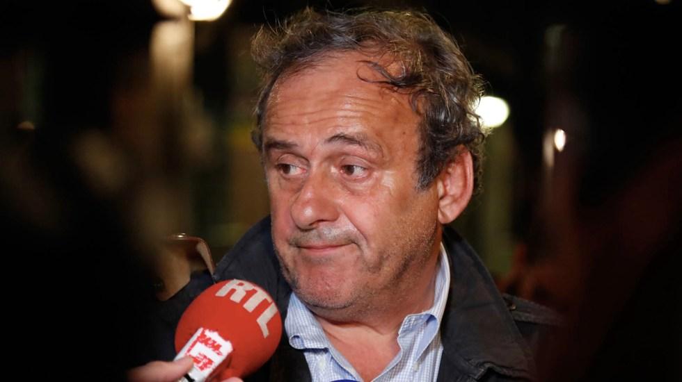 Platini en libertad tras interrogatorio por Qatar 2022 - El exjefe de la UEFA, Michel Platini, habla con los medios de comunicación antes de abandonar la Oficina Central de Lucha contra la Corrupción y los Delitos Financieros y Tributarios luego de ser arrestado en relación con una investigación criminal sobre la concesión de la Copa Mundial 2022 a Qatar, en Nanterre, al oeste de París. Foto de Zakaria ABDELKAFI/AFP