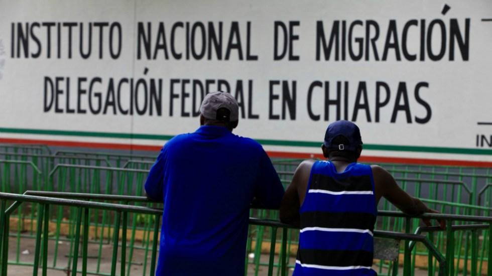 Autoridades contienen nuevo intento de fuga de migrantes en Chiapas - Migrantes frente a estación migratoria. Foto de Notimex