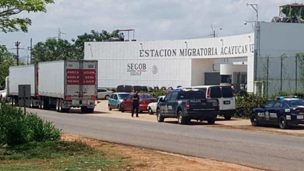 Rescatan en Veracruz a cientos de migrantes ocultos en cajas de tráiler - Foto de @CoatzaDigital