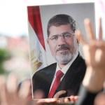 Entierran al expresidente Mohamed Mursi en El Cairo - Una persona sostiene un retrato del expresidente egipcio Mohamed Mursi durante un funeral en homenaje a su figura, este martes en Estambul (Turquía). Foto de EFE / Erdem Sahin