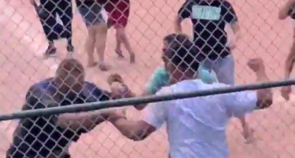 #Video Padres de familia pelean a golpes durante  juego de béisbol juvenil. Noticias en tiempo real