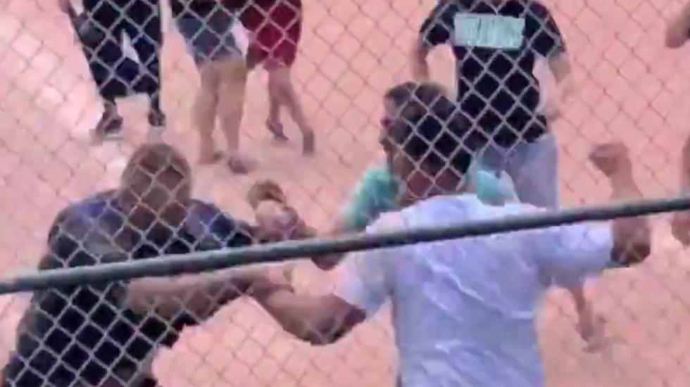 #Video Padres de familia pelean a golpes durante  juego de béisbol juvenil - padres de familia pelea