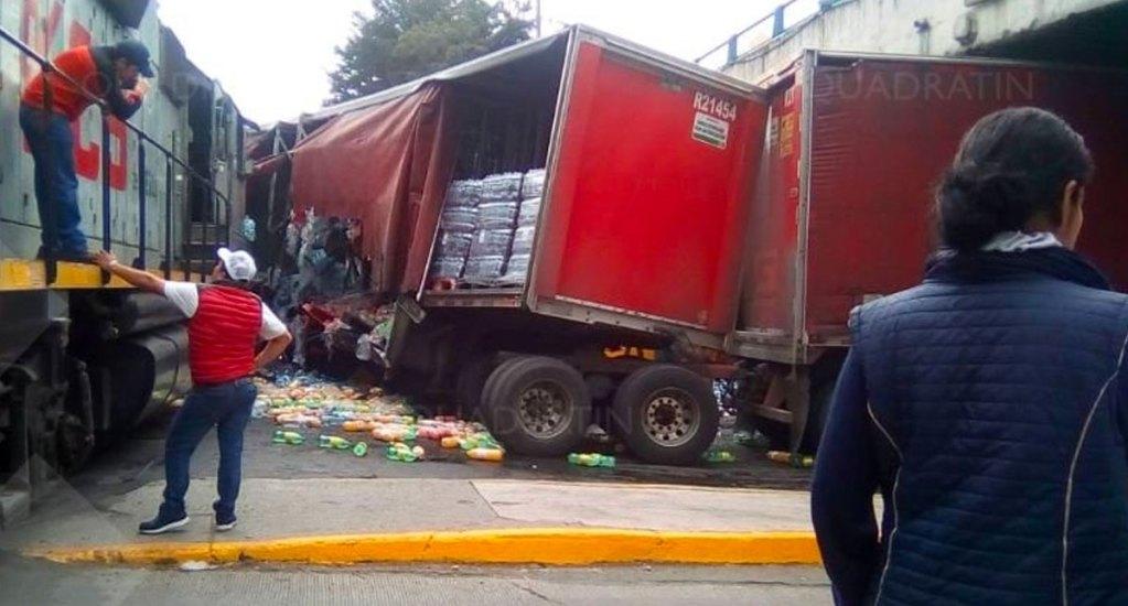 #Video Rapiña a tráiler que chocó contra tren en Toluca - rapiña tráiler