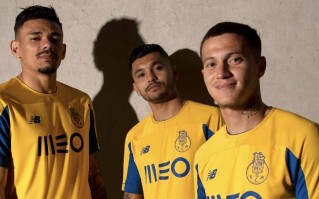 Modela 'Tecatito' Corona nueva playera del Porto - Foto de @FCPorto