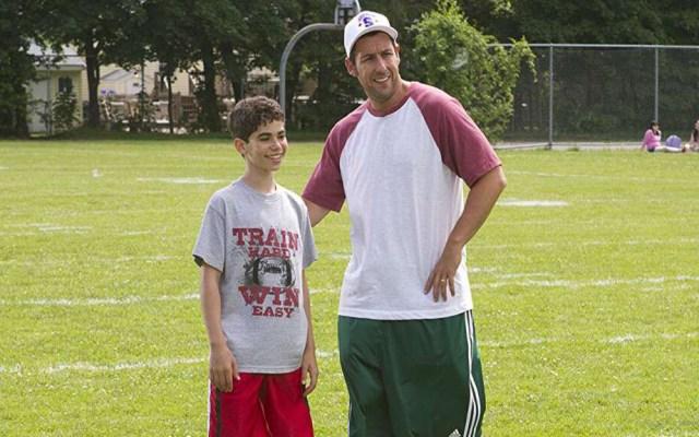 Adam Sandler lamenta la muerte de Cameron Boyce - Adam Sandler con Cameron Boyce en Son como niños. Foto de Columbia Pictures