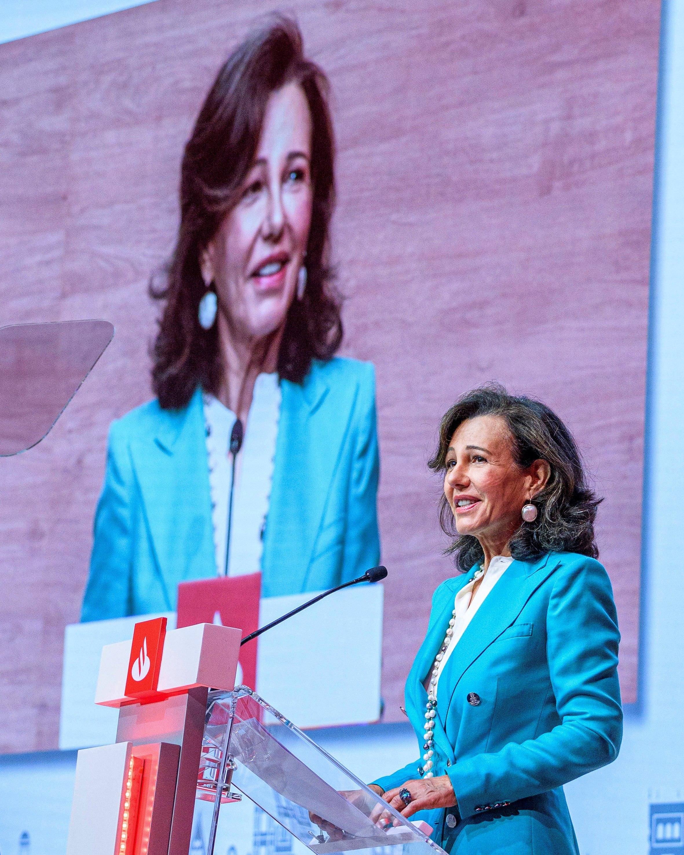 La presidenta de Banco Santander, Ana Patricia Botín, durante su intervención en la Junta Extraordinaria celebrada en Santander, Cantabria. Foto de EFE/ Banco Santander .