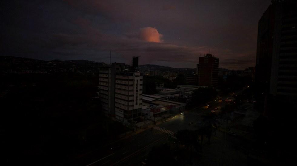 """Gobierno de Maduro dice que """"ataque electromagnético"""" causó nuevo apagón - Foto de EFE"""