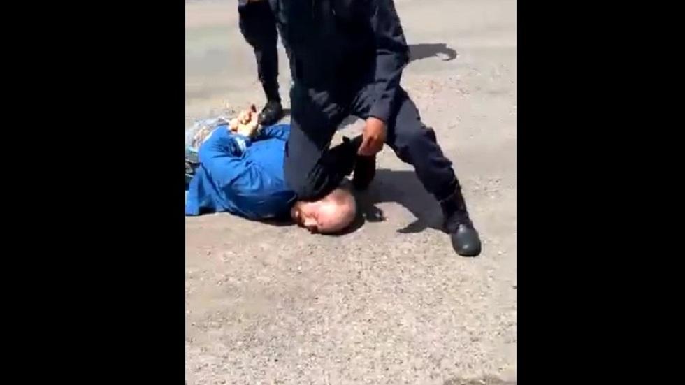 Atacante sometido por policía. Captura de pantalla