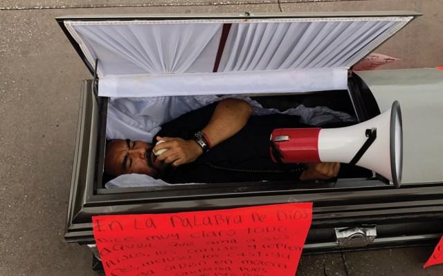 #Video Hombre se manifiesta dentro de ataúd frente a Palacio Nacional - Foto de Notimex