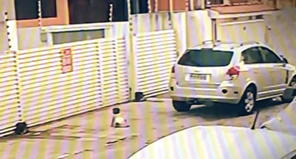 #Video Madre casi atropella a su hija tras dejarla en la acera. Noticias en tiempo real