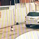 #Video Madre casi atropella a su hija tras dejarla en la acera