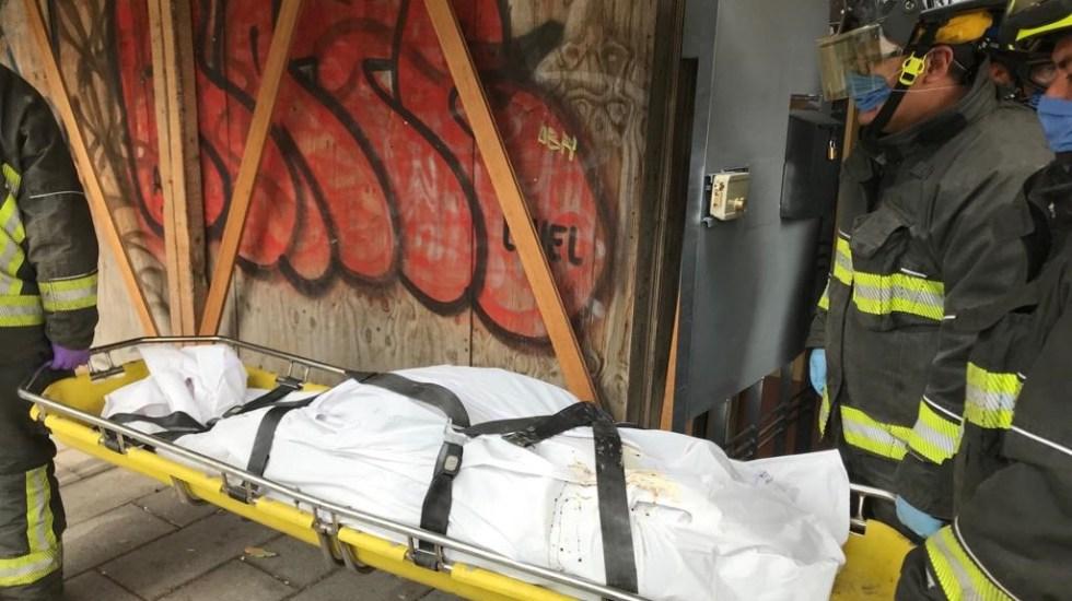 Hallan muerta a miembro de comité vecinal de la colonia Hipódromo - Cadáver de Cristina Chavarría siendo trasladado al Semefo. Foto de La Razón